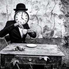 L'homme pendule prend le thé