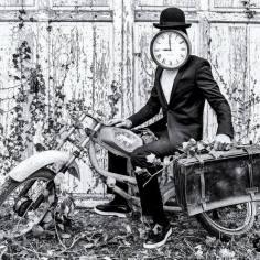 L'homme pendule sur la moto